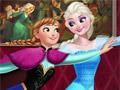 Эльза и Анна катаются на роликах